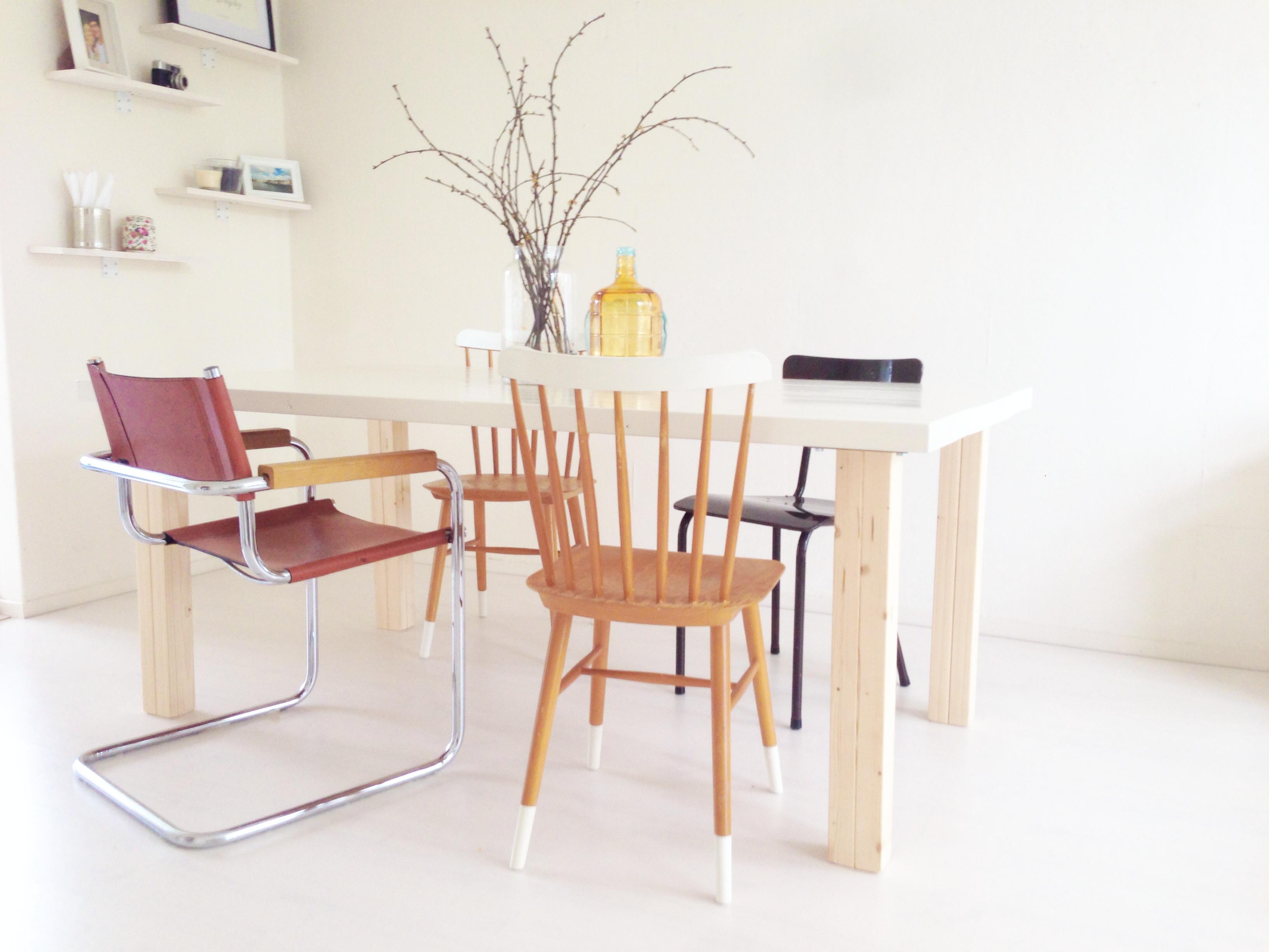 Do it yourself n stylingtip verschillende stoelen aan je eettafel donebymyself - Stoelen leer en hout ...
