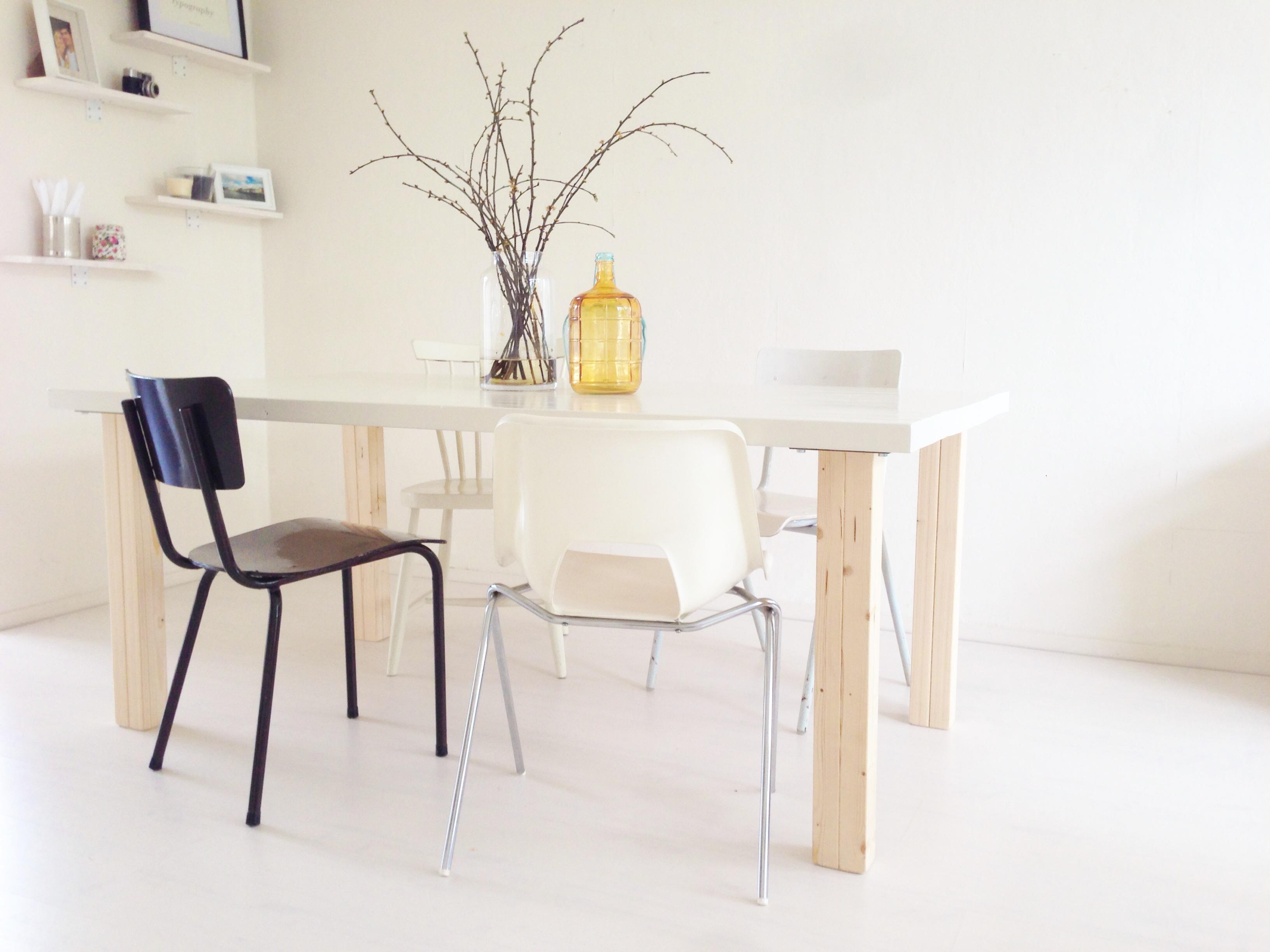 Do it yourself n stylingtip verschillende stoelen aan je for Eettafel stoelen wit leer