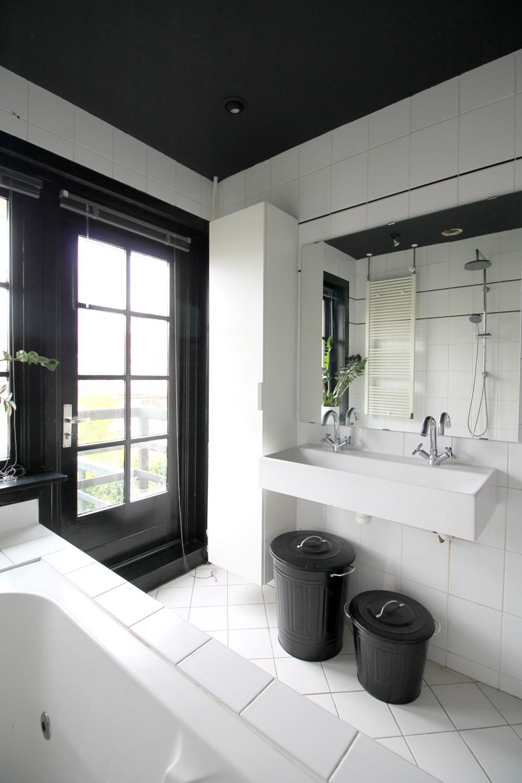 Renovating pt 15: black ceiling bathroom