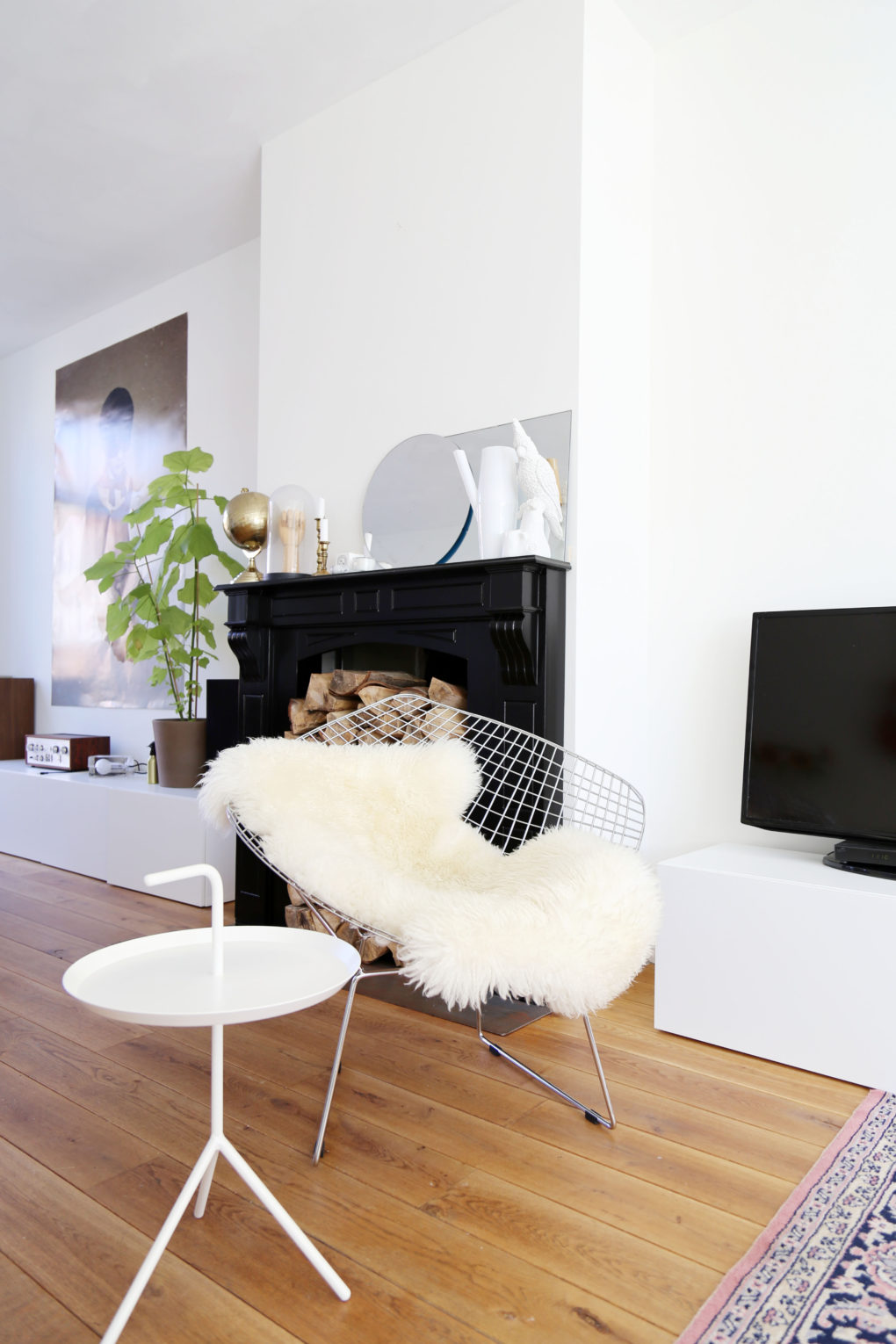 Bertoia diamond chair sheepskin - As You Can See We Made Some Other Changes In The Livingroom As Well With The Ikea Besta Cabinets Moving Up To The Other Side Of The Room